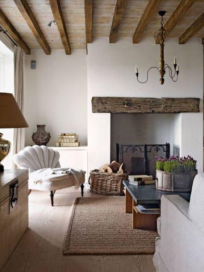 Sala rústica grande com poltrona e madeira