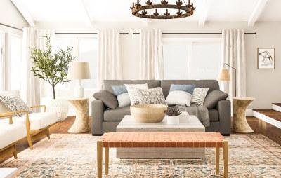 sala rústica moderna com sofá cinza e tons claros