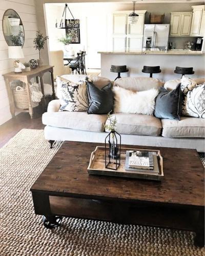 Sala rústica com sofá cinza e almofadas