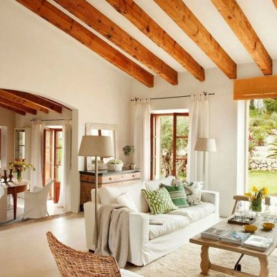 Decoração rústica e moderna na sala de fazenda com sofá bege e objetos decorativos