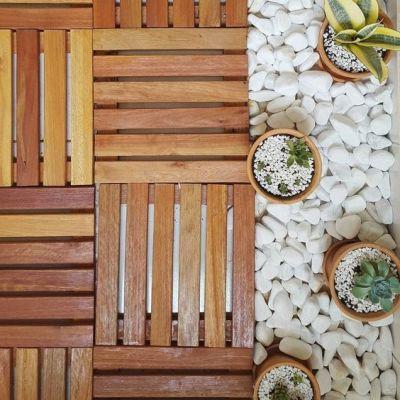 Deck de madeira e pedras brancas para o chão