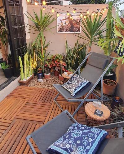 Decoração de quintal pequeno com deck de madeira e plantas