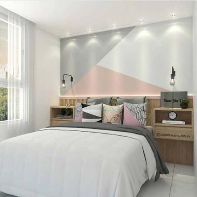 Decoração de quarto simples com parede geométrica