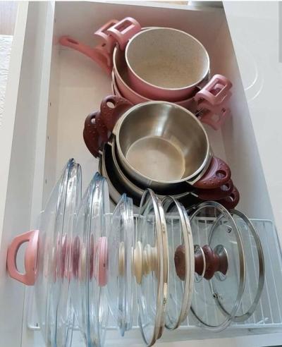Gaveta de cozinha com panelas organizadas