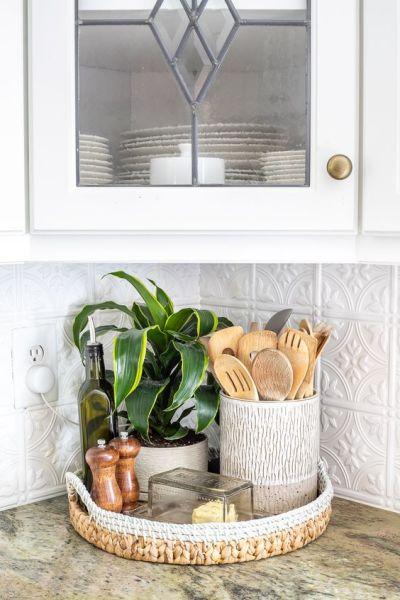 cestos organizadores na bancada da cozinha