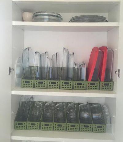 Travessas organizadas no armário