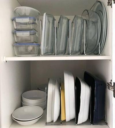 armário organizado com organizador de travessas