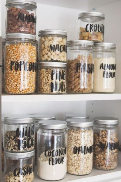 despensa de cozinha organizada com potes etiquetados