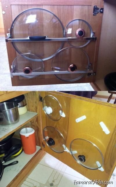 Tampas de panela organizadas na porta do armário