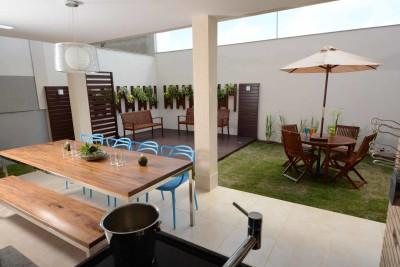 Varanda de casa com mesa e cadeiras