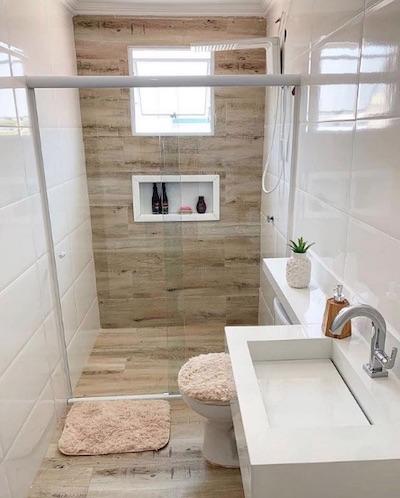 Banheiro com nicho embutido no box
