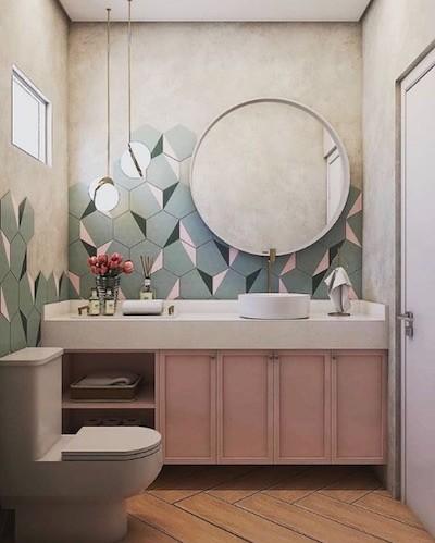 Banheiro pequeno com azulejo hexagonal e espelho redondo