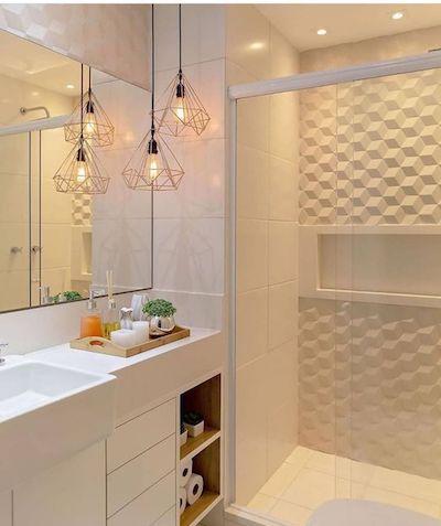 Banheiro pequeno branco com revestimento cerâmico