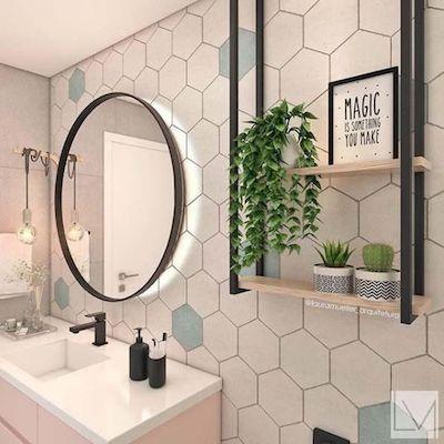 Banheiro pequeno com azulejo hexagonal