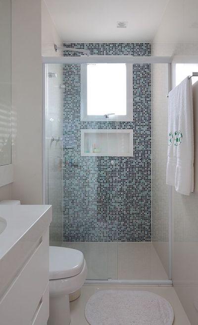 Banheiro pequeno simples com box de vidro