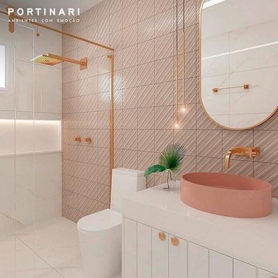 Banheiro pequeno tons pastéis rosa e dourado