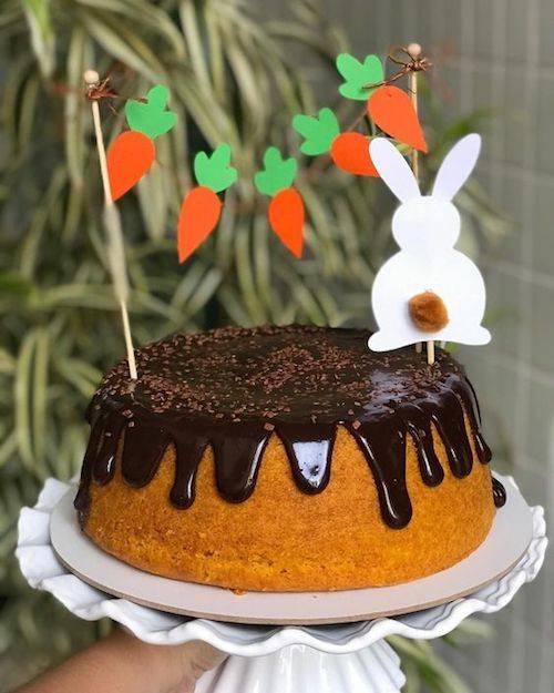 Bolo de cenoura com cobertura de chocolate para Páscoa