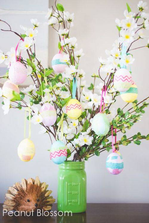 Galhos com ovos para decoração de páscoa