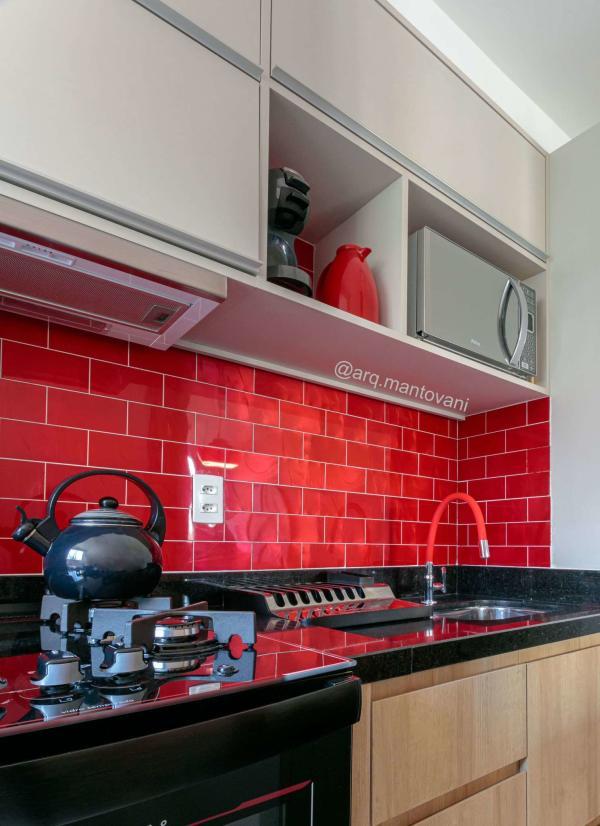 Cozinha planejada simples com azulejo vermelho