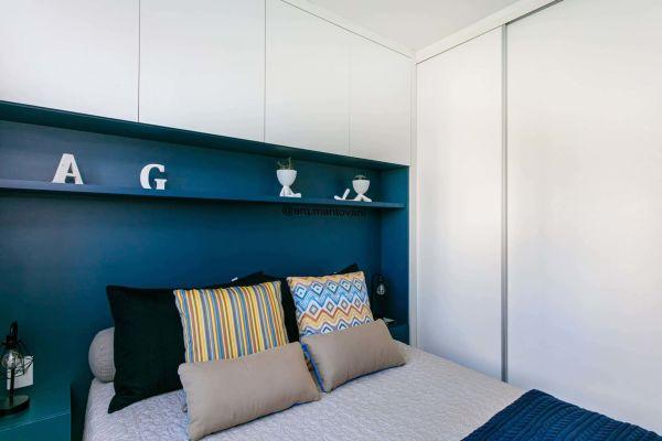 Decoração de quarto de casal pequeno com armário planejado
