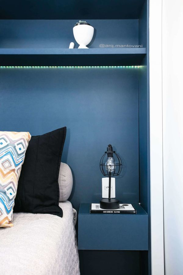 Decoração de quarto de casal com parede azul