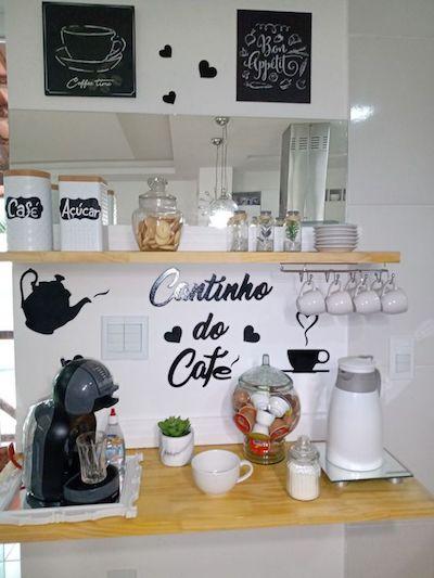Cantinho do café Dolce gusto na prateleira suspensa da cozinha