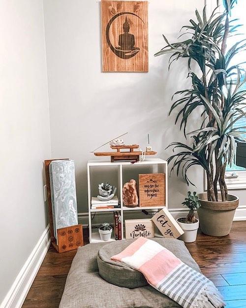 Decoração de espaço zen em casa com almofada e incenso