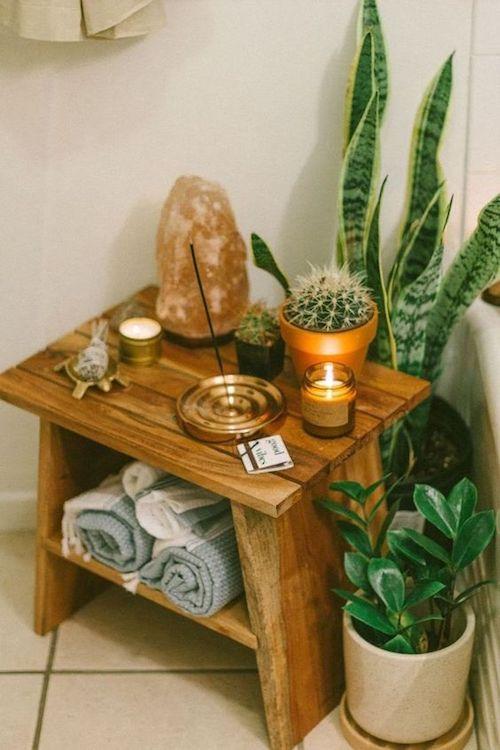 Decoração zen para cara com incenso, luminária e plantas
