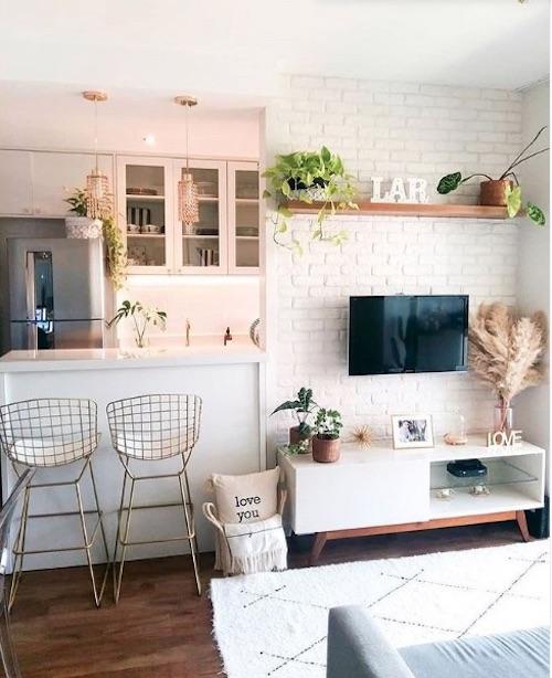 Sala pequena decorada com parede de tijolinho branco