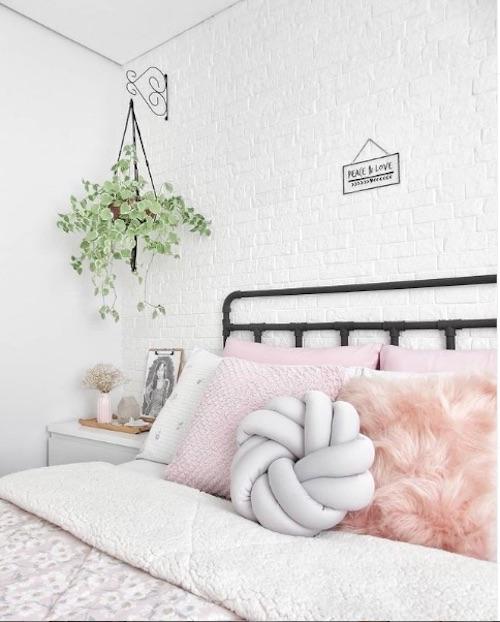 Quarto decorado com parede de tijolinho branco