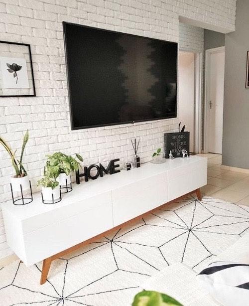 Sala minimalista decorada com rack branco