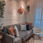 sala estilo Boho chic com parede de tijolinho branco