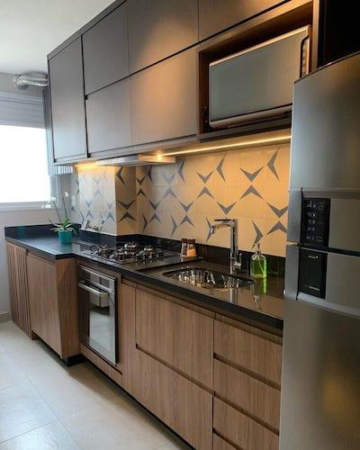Cozinha planejada pequena moderna com armários marrom