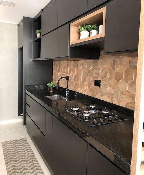 Cozinha preta com madeira planejada com cooktop