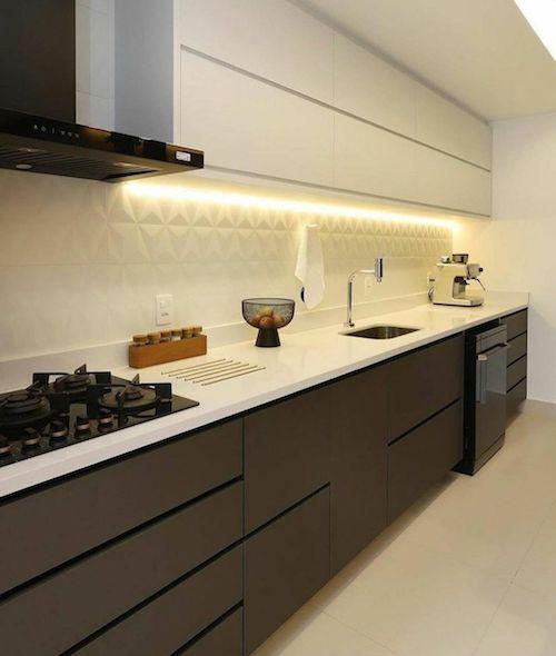Cozinha preta e branca planejada com iluminação de led