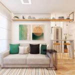 Decoração de sala pequena com sofá cinza e almofadas, quadros e mesa lateral
