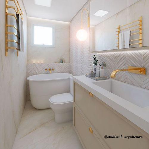 Banheiro com banheira pequena e chuveiro juntos