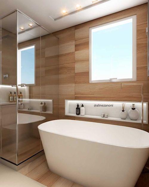 Banheiro pequeno com banheira e nicho  embutido na parede