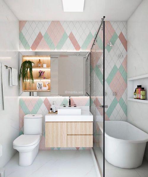 Banheiro com banheira e chuveiro juntos