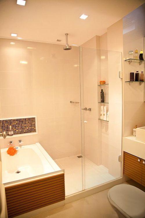 Banheiro com banheira e box juntos