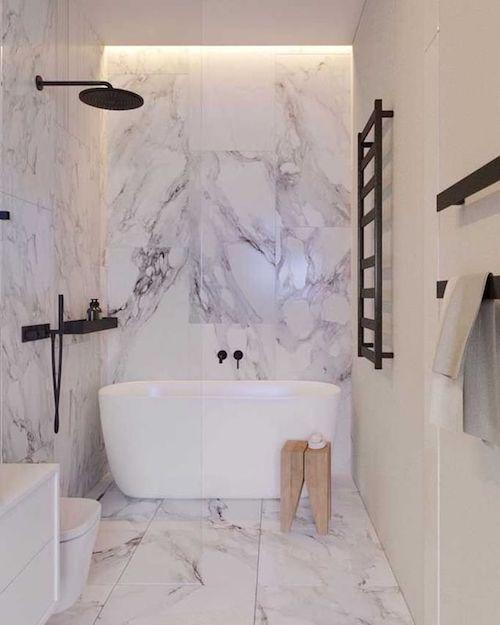 Banheiro moderno com banheira branca