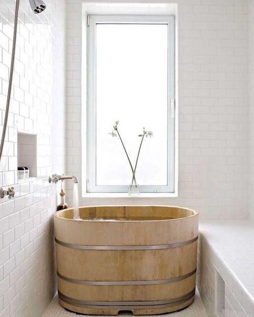 Banheira pequena de madeira no banheiro