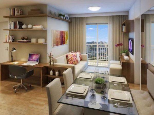 Home office na sala com mesa de escritório e prateleiras