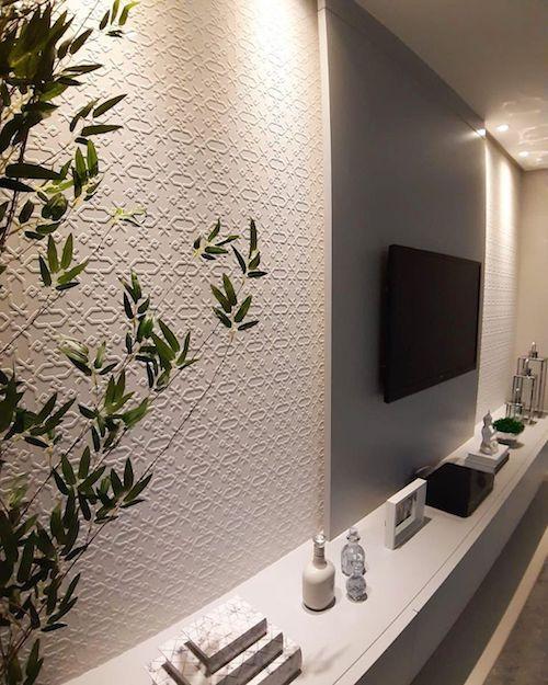 Papel de parede na sala com decoração minimalista
