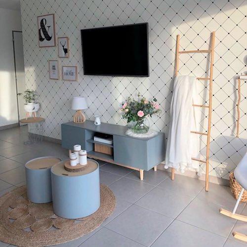 Sala pequena com papel de parede