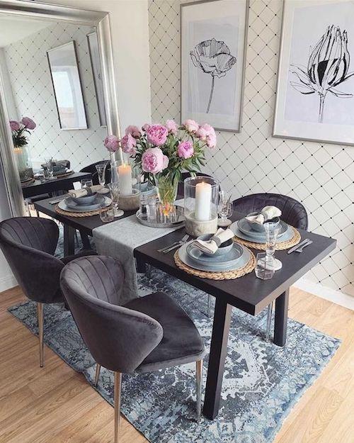 Sala de jantar pequena de apartamento com papel de parede e cadeira estofada